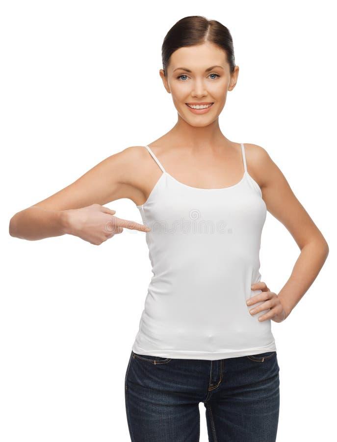 Femme calme et sérieuse dans le T-shirt blanc vide photographie stock