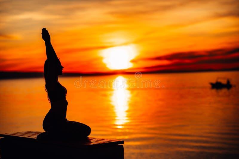 Femme calme insouciante méditant en nature Conclusion de la paix intérieure Pratique en matière de yoga Mode de vie curatif spiri photographie stock