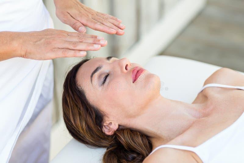 Femme calme recevant le traitement de reiki photo libre de droits
