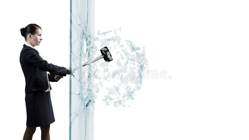 Femme cassant le verre image stock