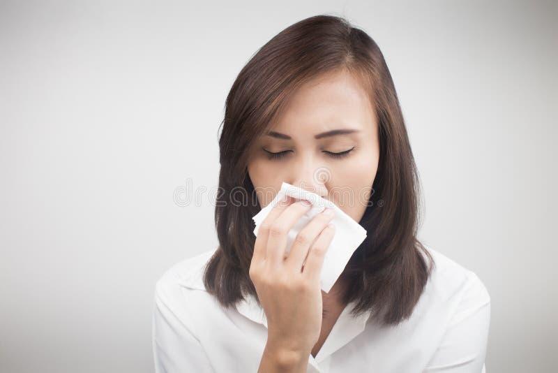 Femme caucasienne asiatique avec la grippe image stock