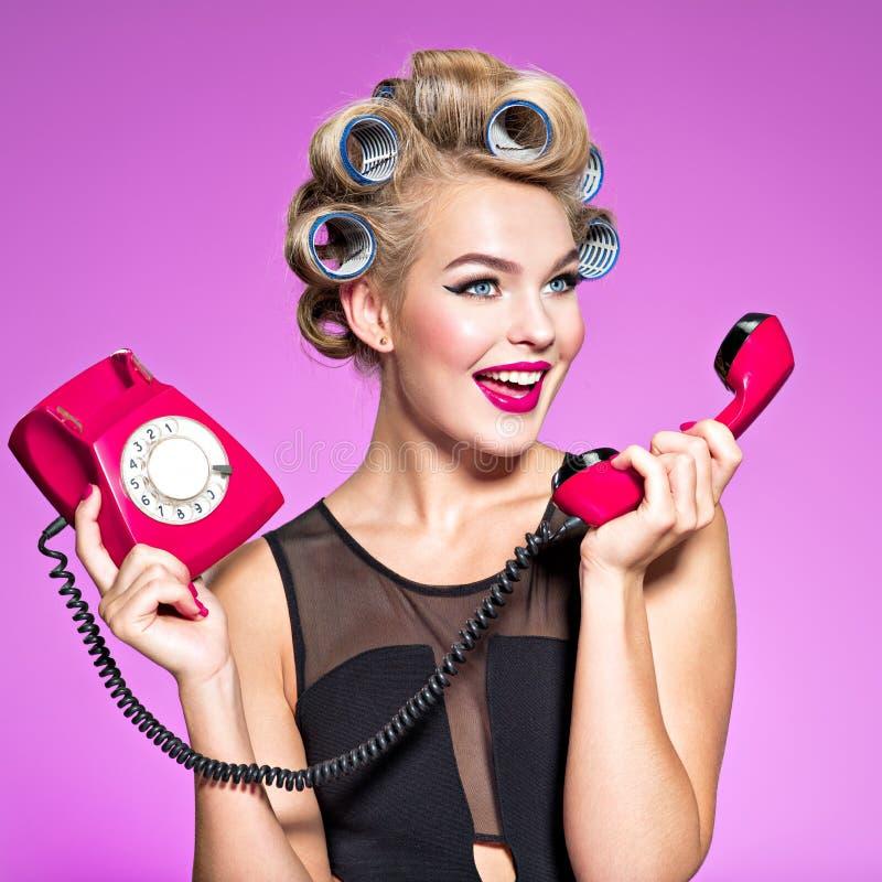 Femme caucasienne fâchée gaie hurlant au rétro téléphone photographie stock