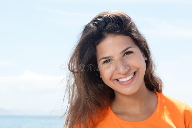 Femme caucasienne heureuse dans une chemise orange photo libre de droits