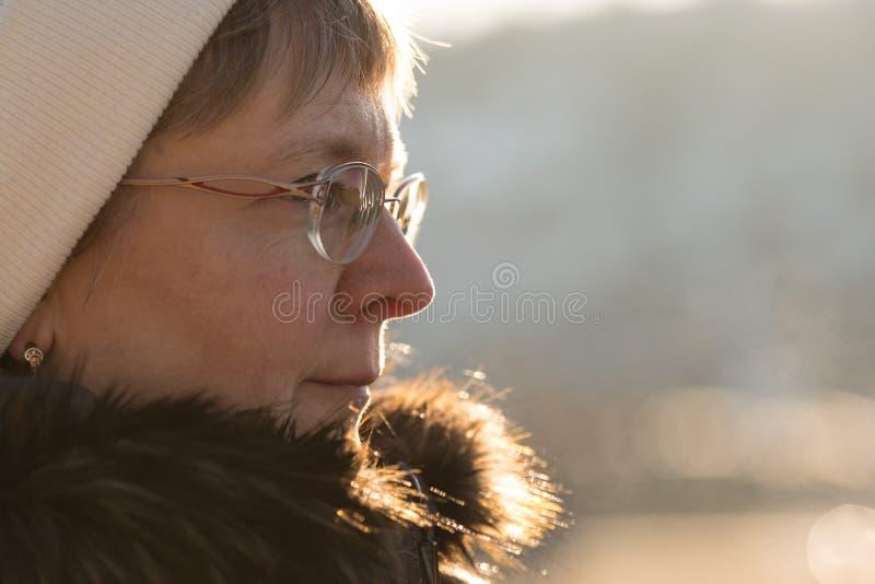 Femme caucasienne juste de sourire avec des verres images libres de droits