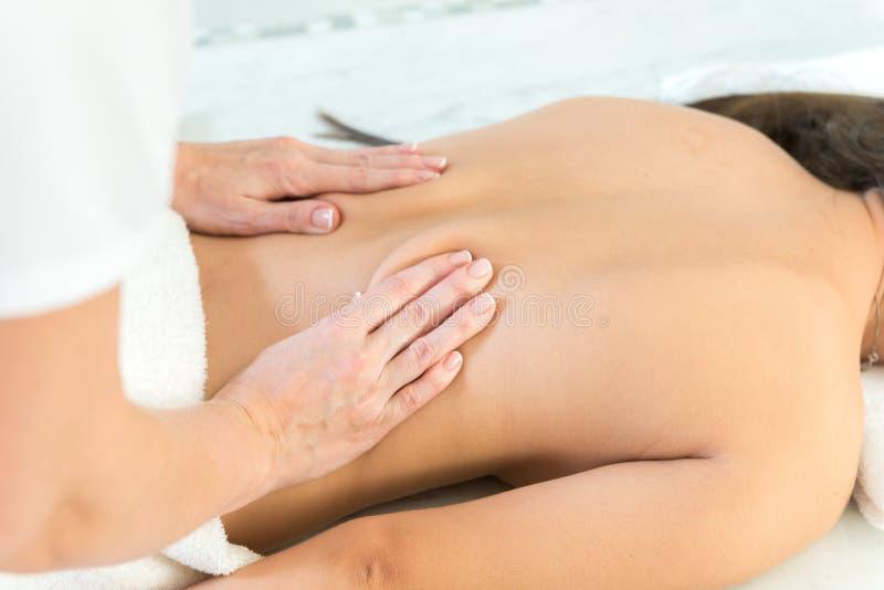 Femme caucasienne obtenant le massage médical photo libre de droits