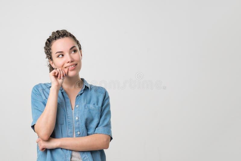 Femme caucasienne riante avec la coiffure de tresses et le bon sens de l'humour souriant dreamly image libre de droits