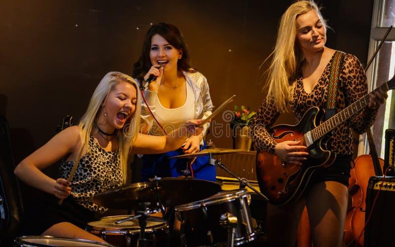 Femme chantant, bande jouant des instruments image libre de droits