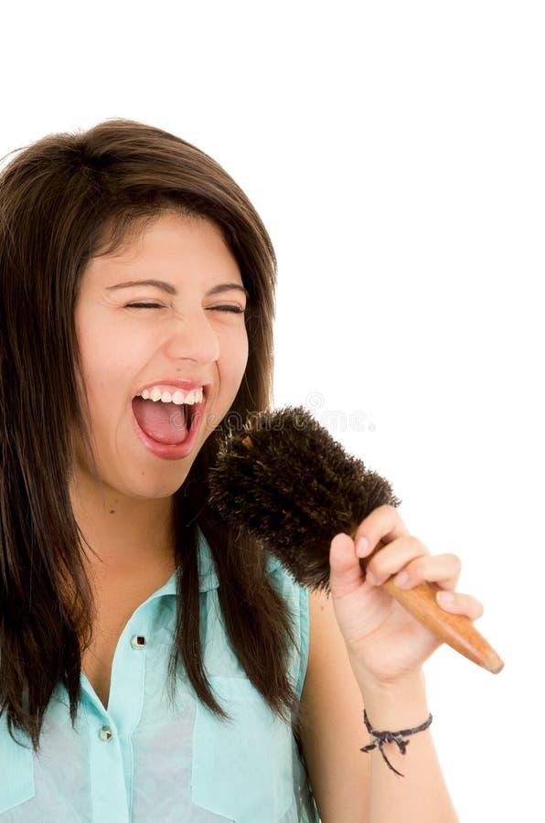 Femme chantant dans la brosse images stock