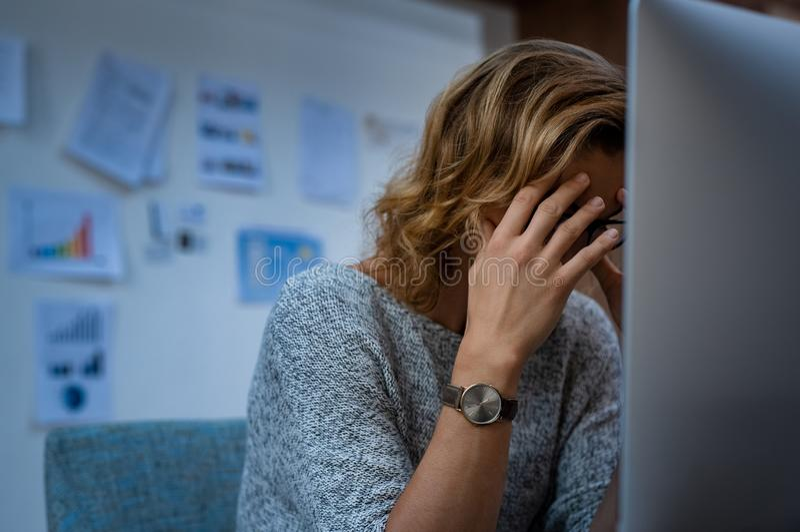 Femme chargé d'affaires au travail image stock