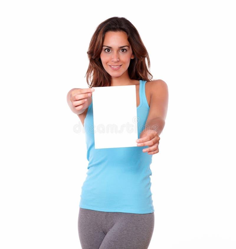 Femme charismatique tenant une carte vierge image stock
