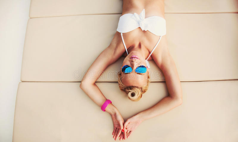 Femme chaude de corps de jeune mode détendant sur le yacht image libre de droits