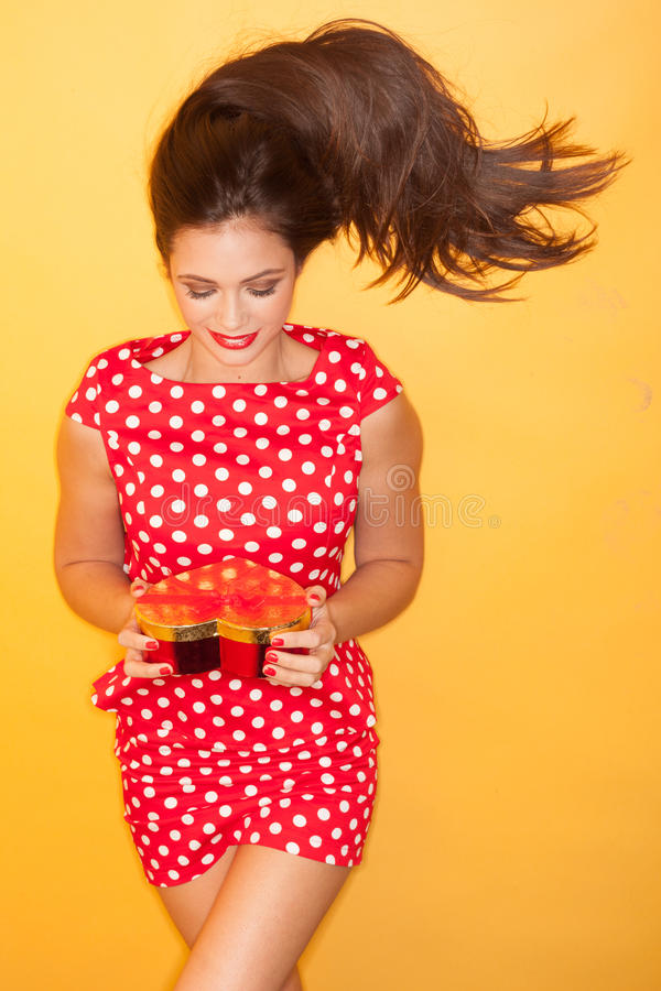 Femme chaude portant la robe rouge de points de polka photos stock