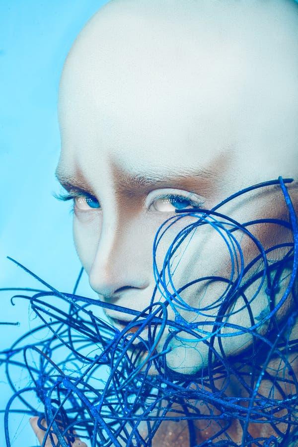 Femme chauve attirante avec l'art de corps sur le fond bleu photo stock