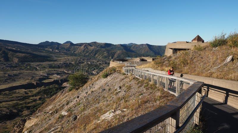 Femme chez Johnston Ridge Observatory, Washington photo stock
