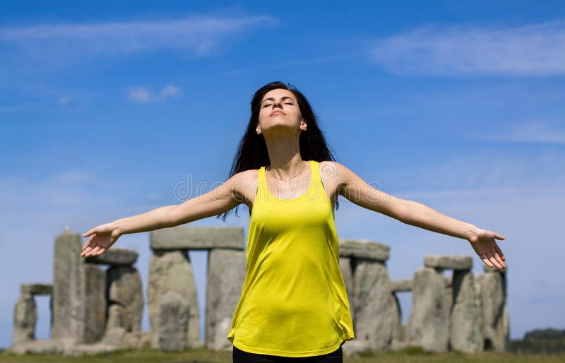 Femme chez Stonehenge (Angleterre) photo stock
