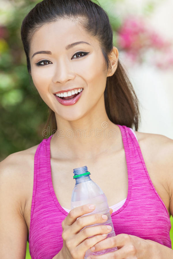 Femme chinoise asiatique exerçant la bouteille potable de l'eau photo stock