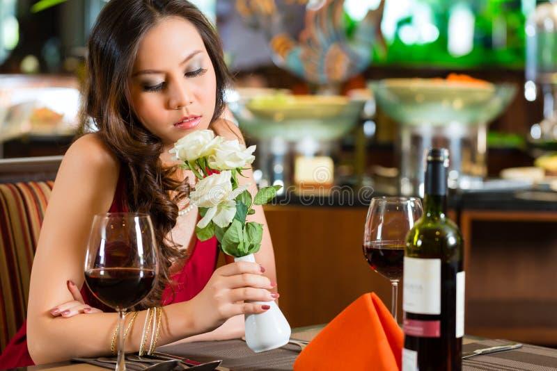 Femme chinoise attendant dans le restaurant la date images libres de droits