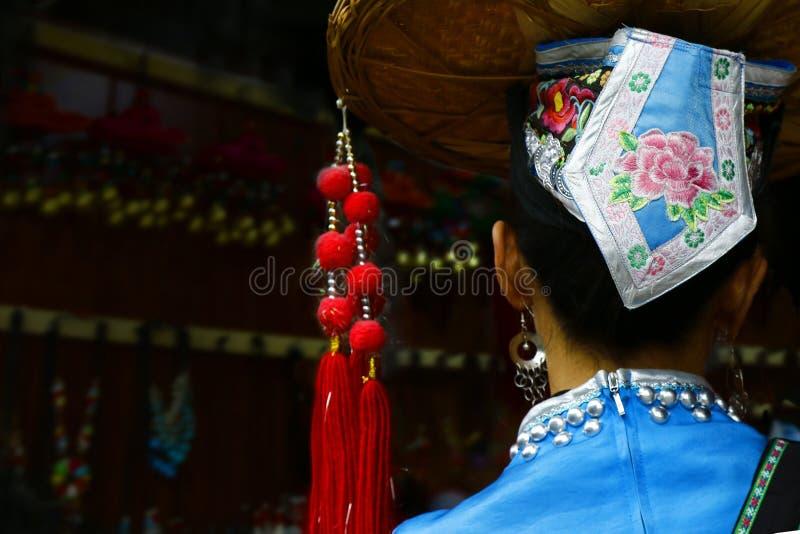 Femme chinoise avec le costume de minorités ethniques images stock