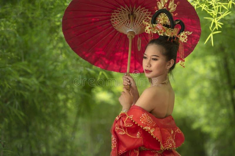 Femme chinoise dans la robe indigène images stock