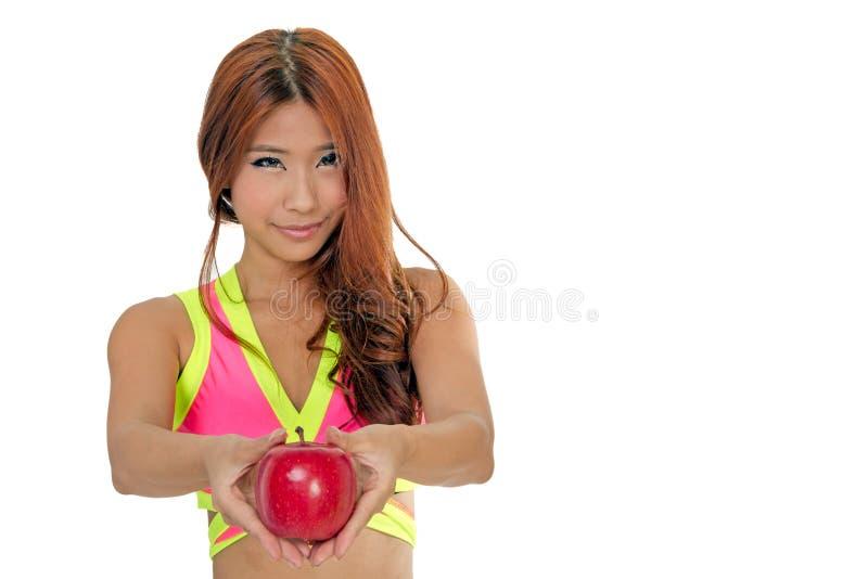 Femme chinoise de bel ajustement tenant une pomme photos libres de droits