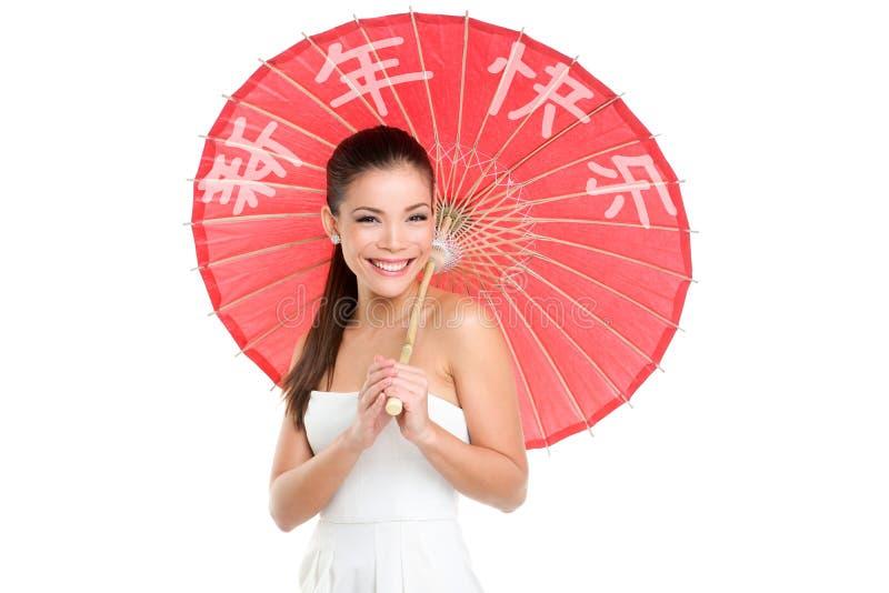 Femme chinoise de nouvelle année avec le parapluie traditionnel image libre de droits