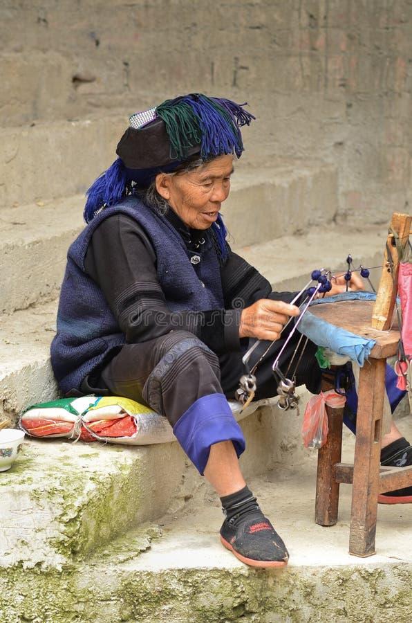 Femme chinoise de village de minorité photographie stock libre de droits