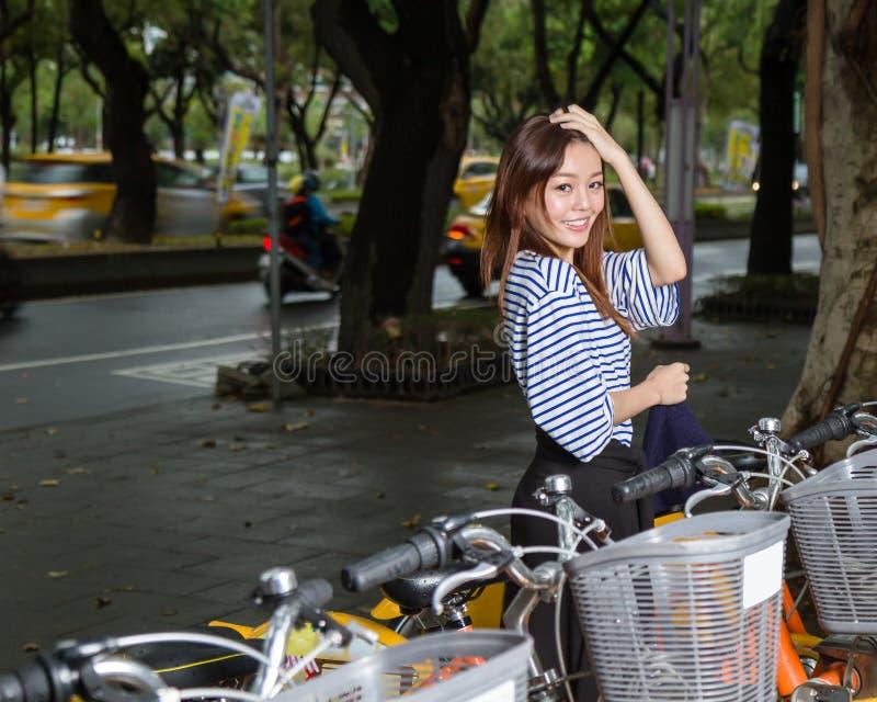 Femme chinoise en les vélos de location image libre de droits