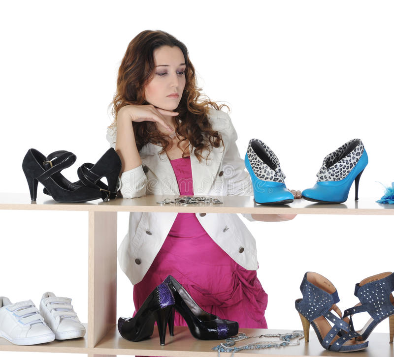 Femme choisissant des chaussures à une mémoire photo stock