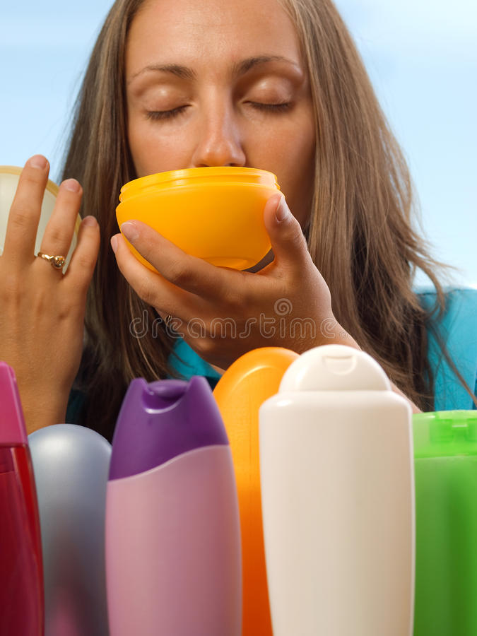 Femme choisissant des cosmétiques image stock