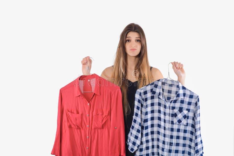 Femme choisissant quels vêtements pour porter image libre de droits