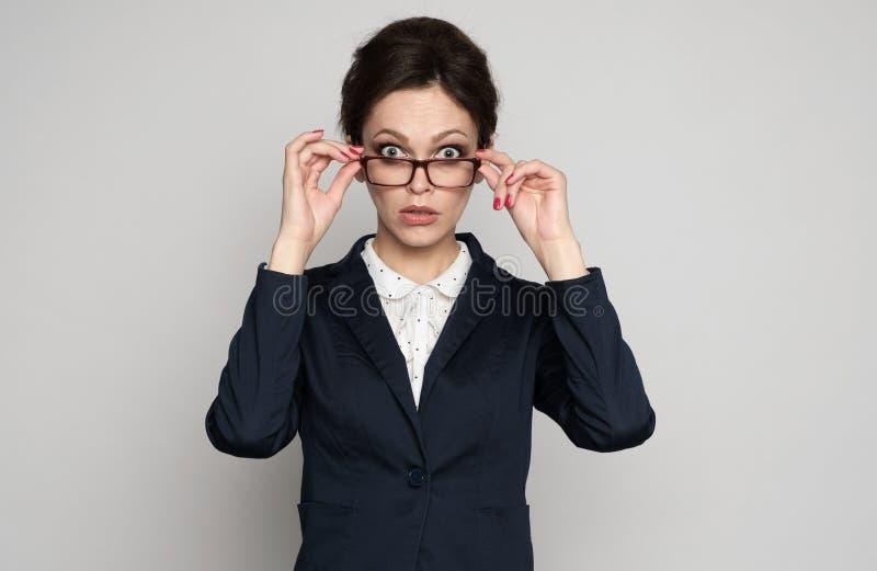 Femme choquée d'affaires regardant fixement la caméra photo stock