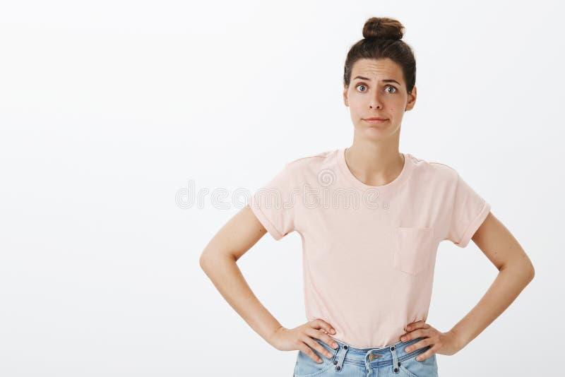 Femme choquée proposant l'ami pour aller soigner Femelle dessus tracassée et contrariée intense avec la main malpropre de partici image libre de droits