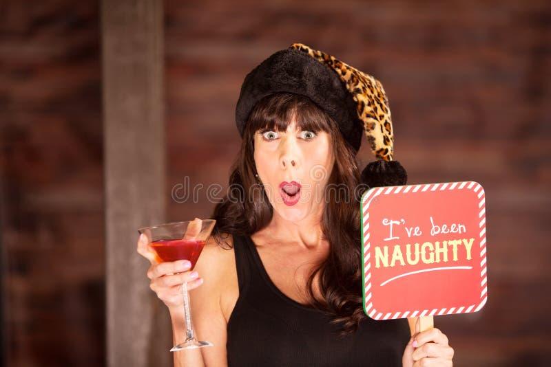 Femme choquée tenant une boisson et un signe vilain image stock