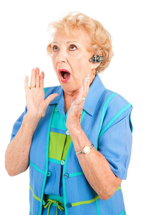 femme choquant aîné de nouvelles de portable photo libre de droits