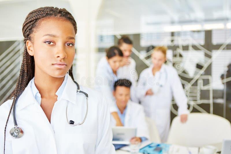 Femme comme médecin ou infirmière photographie stock