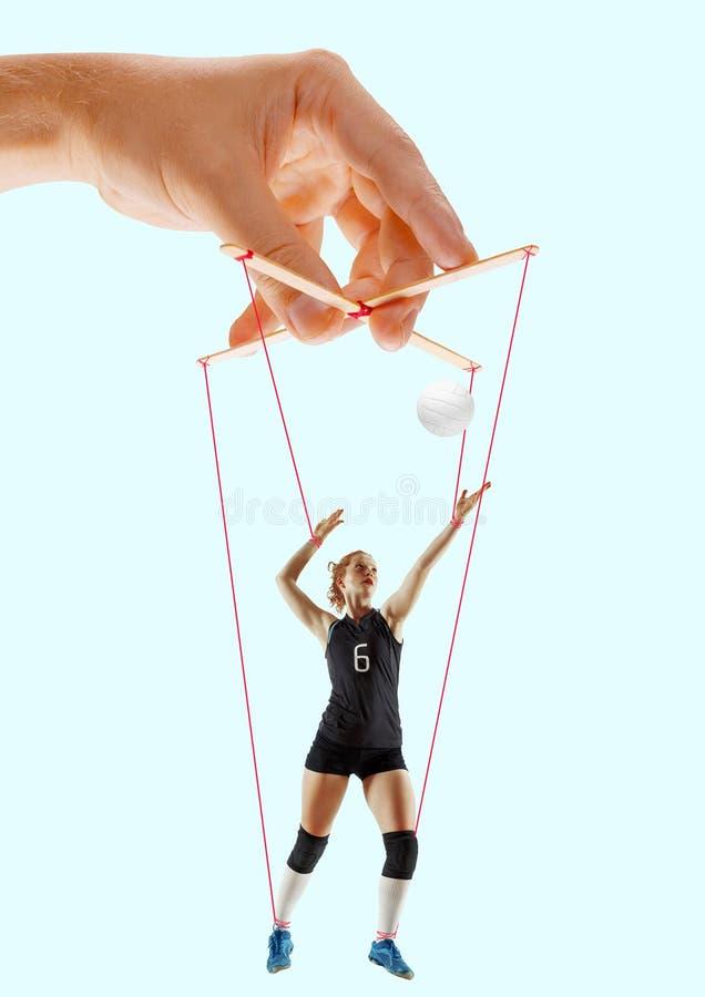 Femme comme une marionnette dans des mains de somebodies Concept de manipulation photographie stock libre de droits