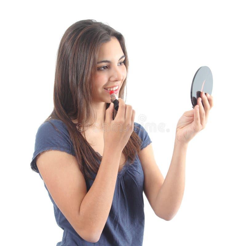 Femme composant ses lèvres avec un rouge à lèvres photo libre de droits