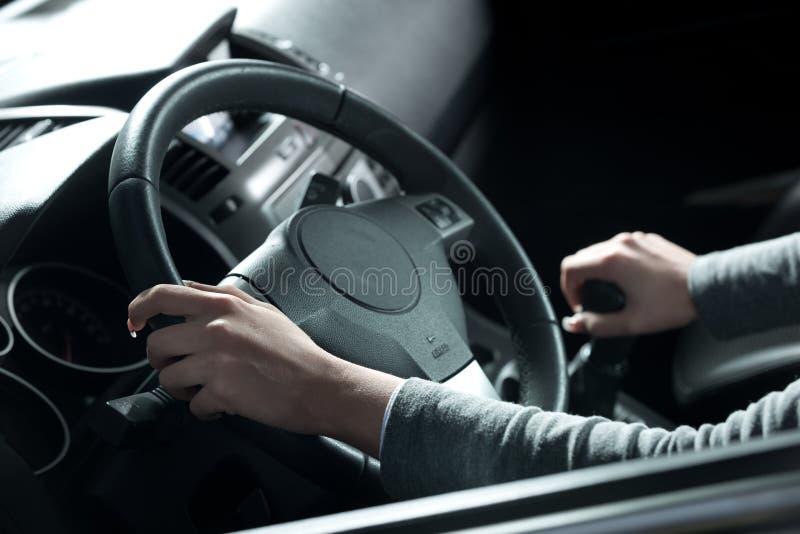 Femme conduisant des mains en gros plan images stock