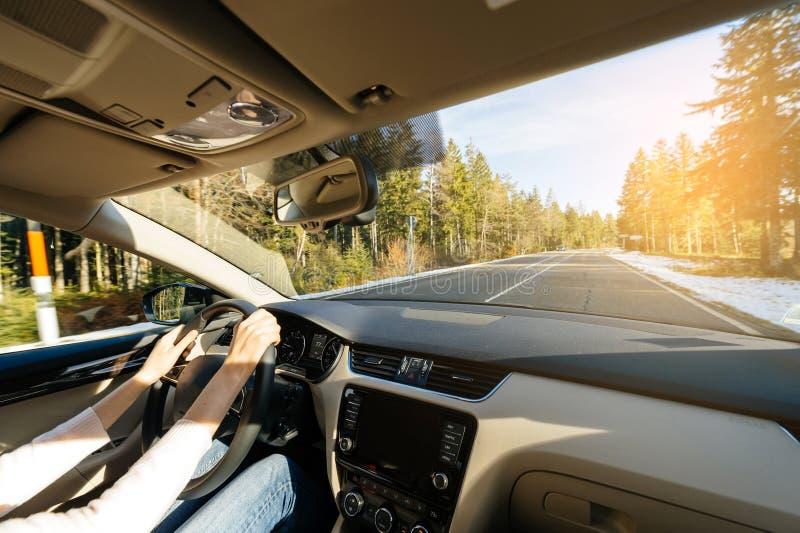 Femme conduisant la voiture dans la toundra admirant le beau paysage photos stock