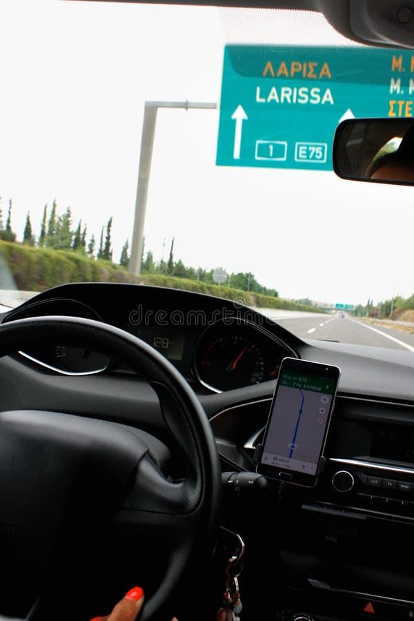 Femme conduisant sur la route près de Larissa en Grèce images libres de droits