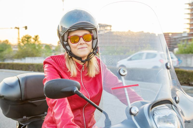 Femme conduisant un scooter photo libre de droits