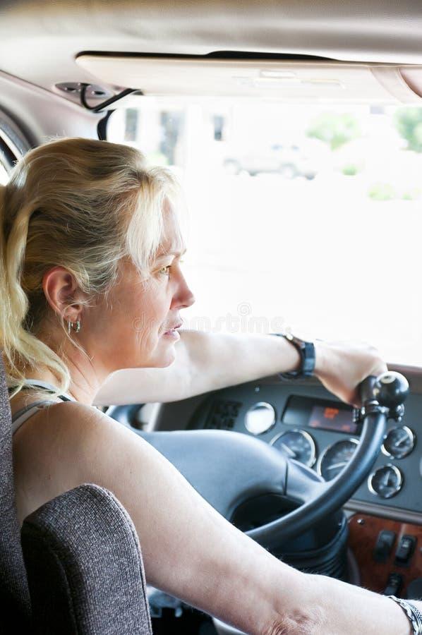 Femme conduisant un semi-camion photographie stock