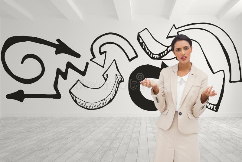 Femme confuse d'affaires se tenant sur le fond de pièce blanche avec les flèches noires illustration libre de droits