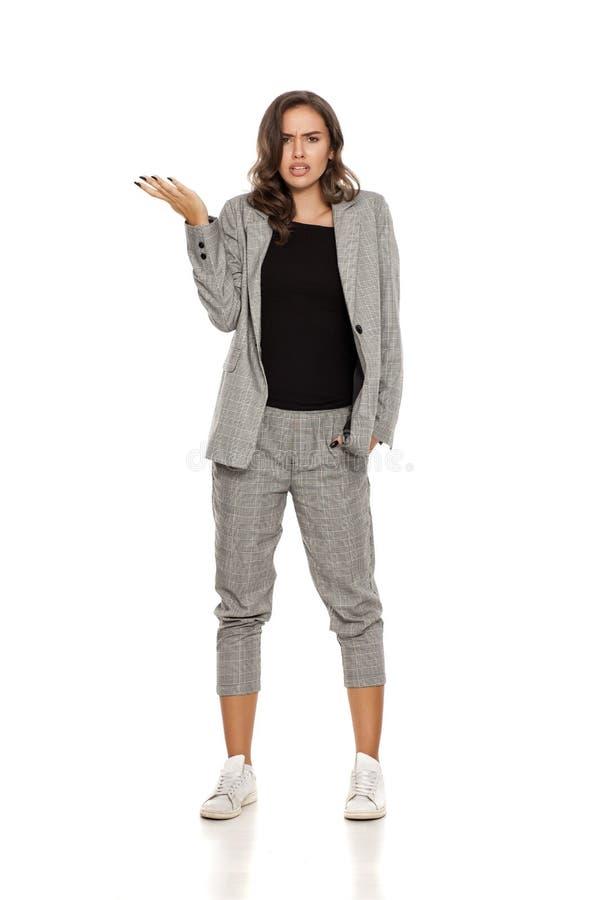 Femme confuse dans le costume occasionnel images stock