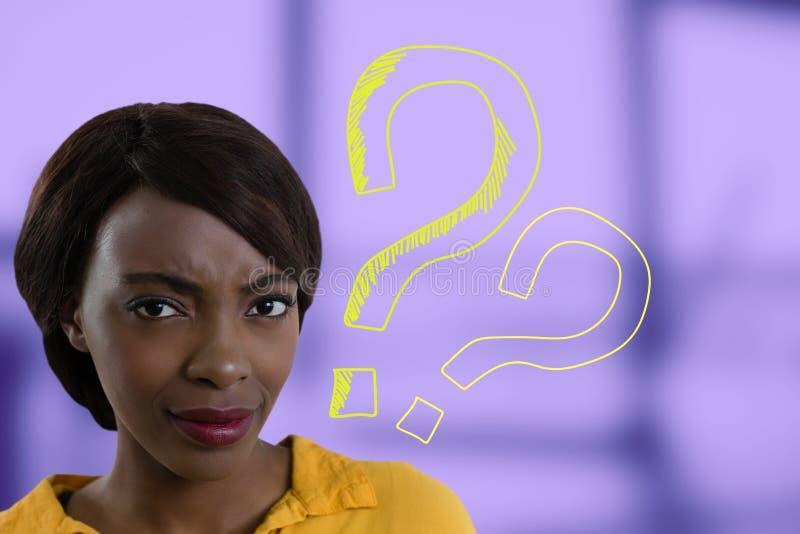 Femme confuse fronçant les sourcils avec des points d'interrogation illustration de vecteur