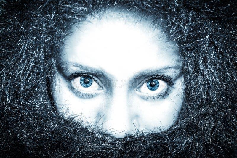 Femme congelée regardant directement dans l'appareil-photo photos stock