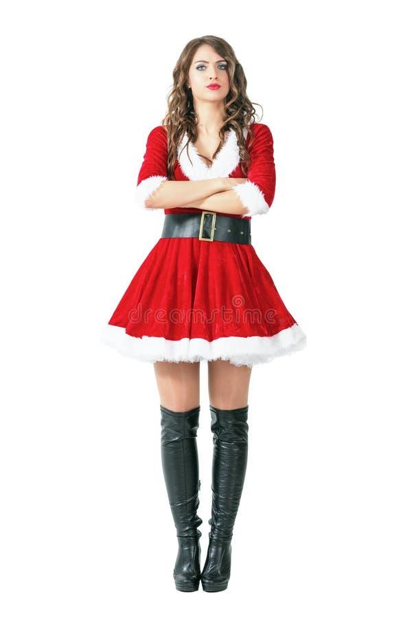 Femme contrariée sérieuse de Santa Claus se tenant avec les bras croisés regardant l'appareil-photo images libres de droits