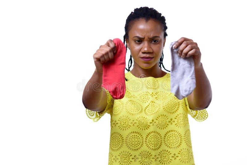Femme contrariée tenant les chaussettes sales image libre de droits