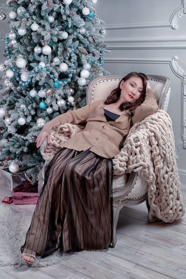 Femme contre l'arbre de Noël photographie stock libre de droits
