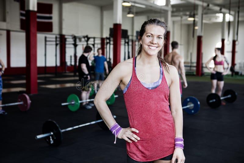 Femme convenable avec la main sur la hanche se tenant au centre de fitness photos stock